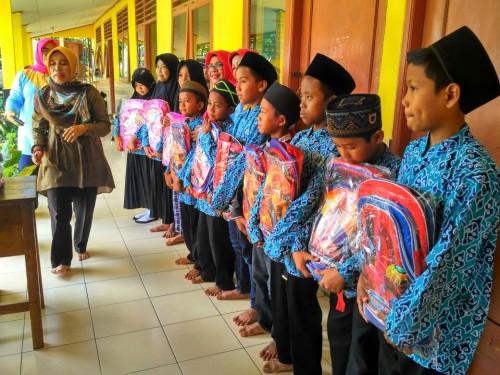 Dharma Wanita Kab. Bogor berikan santunan kepada siswa Madrasah Diniyah